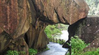 石門(昇仙峡)崩れそうで崩れないスリルあるトンネル