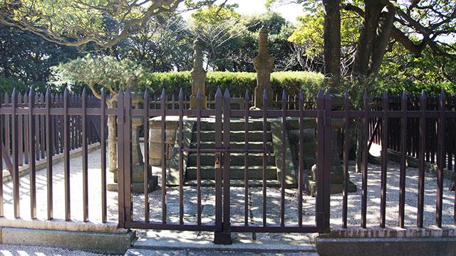 三浦按針夫妻の墓(塚山公園)
