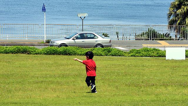 芝生の上を駆けまわる子ども(横須賀美術館)