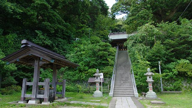 手水社と奥の院(甘縄神明神社)