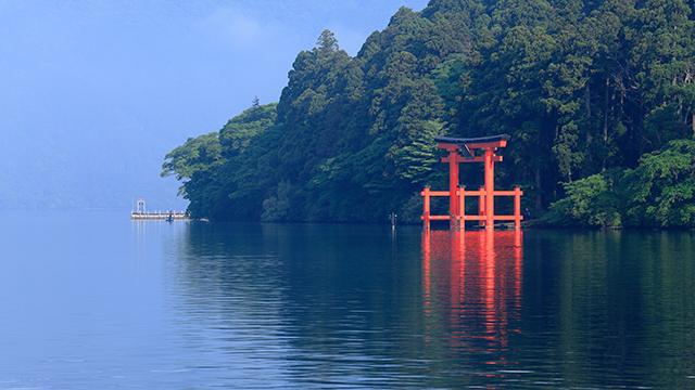 芦ノ湖に立つ鳥居(箱根神社)