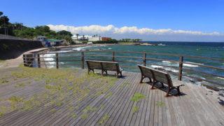 横須賀 観音崎ボードウォーク心地よい潮風を受けて歩く海沿いの木製遊歩道