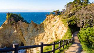黄金崎夕日を受けて黄金色に輝く岬の岩肌