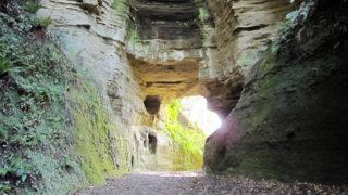 釈迦堂切通洞門で知られている史跡の多い古道