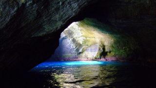天窓洞波が作り出した神秘的な洞窟