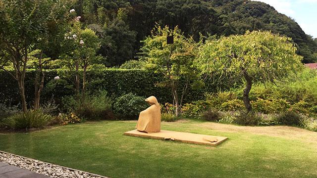 ラウンジ前の庭園(上原近代美術館)