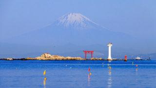 葉山灯台名優を偲んで建てられた岩礁に立つ灯台