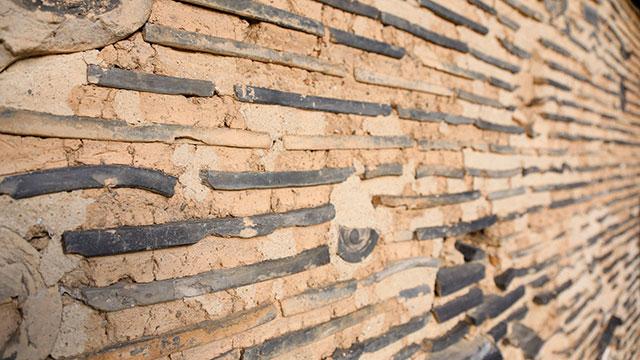 瓦を塗り込めた土壁(慈済院)