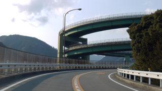 河津七滝ループ橋難所を通るために工夫された近未来的な形の橋