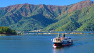河口湖遊覧船アンソレイユ号船上から逆さ富士が眺められる遊覧船