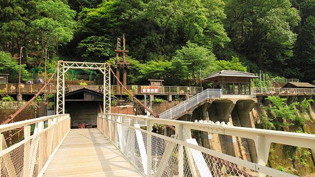 鵜飼橋と保津峡駅(嵯峨野トロッコ列車)