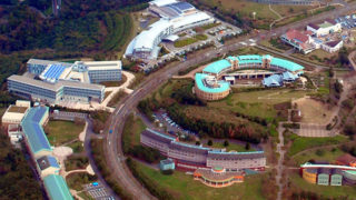湘南国際村グリーンパーク7万株のツツジの公園から相模湾を望む