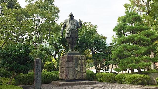 家康公銅像(駿府城公園)