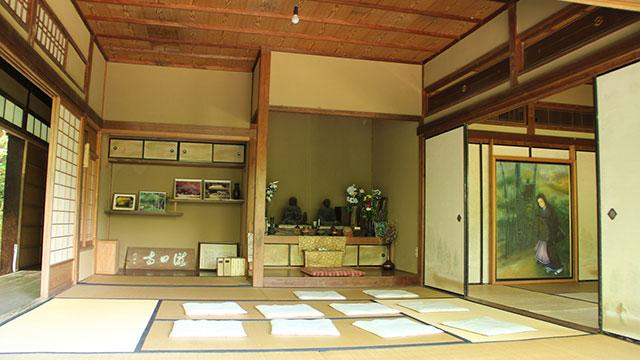 滝口入道と横笛の木像が安置されている本堂(滝口寺)