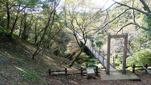 遊歩道のつり橋(クレマチスの丘)