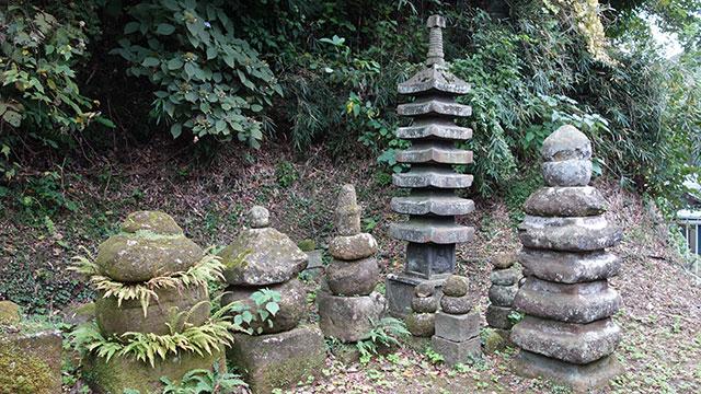 伝上杉憲方墓(極楽寺駅)