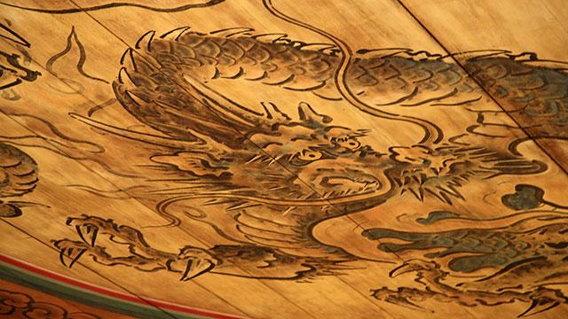 丸竜が描れた拝殿の天井(地主神社)