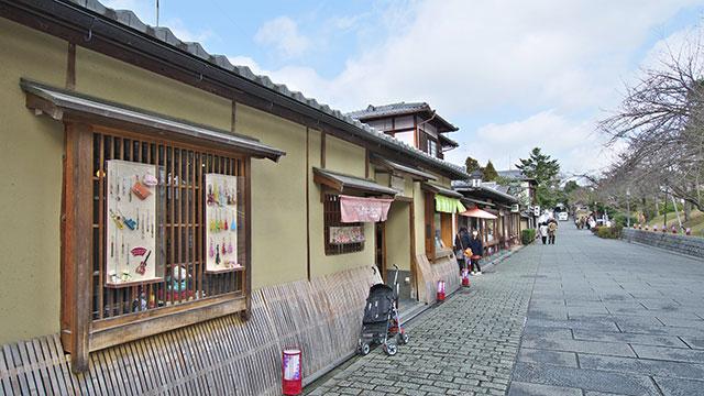 道沿いの店(ねねの道)