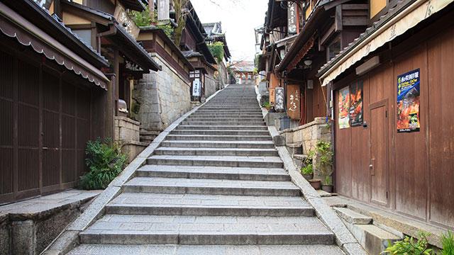 急な階段を下から見上げる(産寧坂)