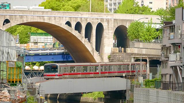 聖橋の下を通る丸ノ内線(聖橋)