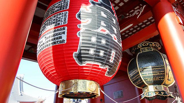 ちょうちんと吊り燈籠(宝蔵門)