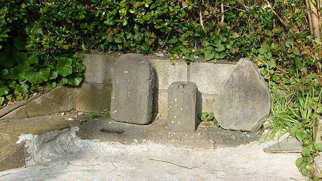 馬頭観音の石碑(江ノ電 鎌倉高校前駅)