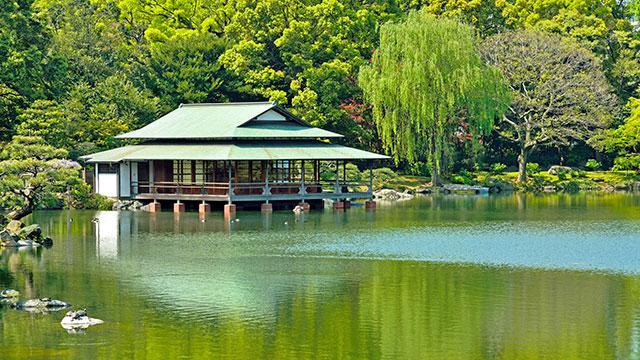 大泉水と涼亭(清澄庭園)