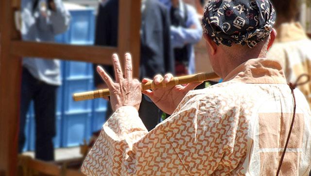 横笛を吹く人(三社祭)