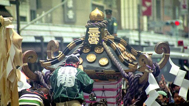 勇壮に練り歩くお神輿(三社祭)