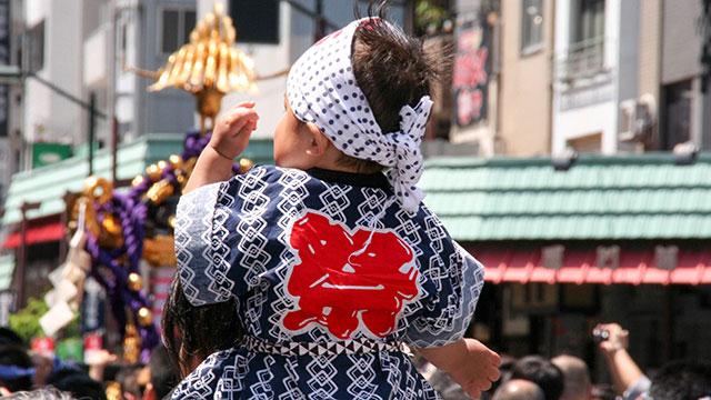 お祭りに参加する子ども(三社祭)