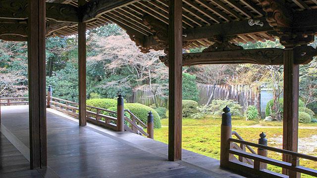 本堂から庭園を望む(随心院)