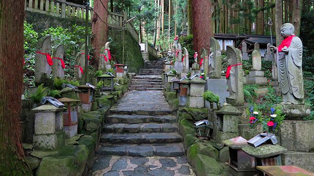 奥の院 参道(宝山寺)
