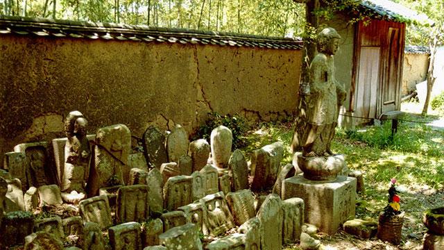 境内の石仏(新薬師寺)